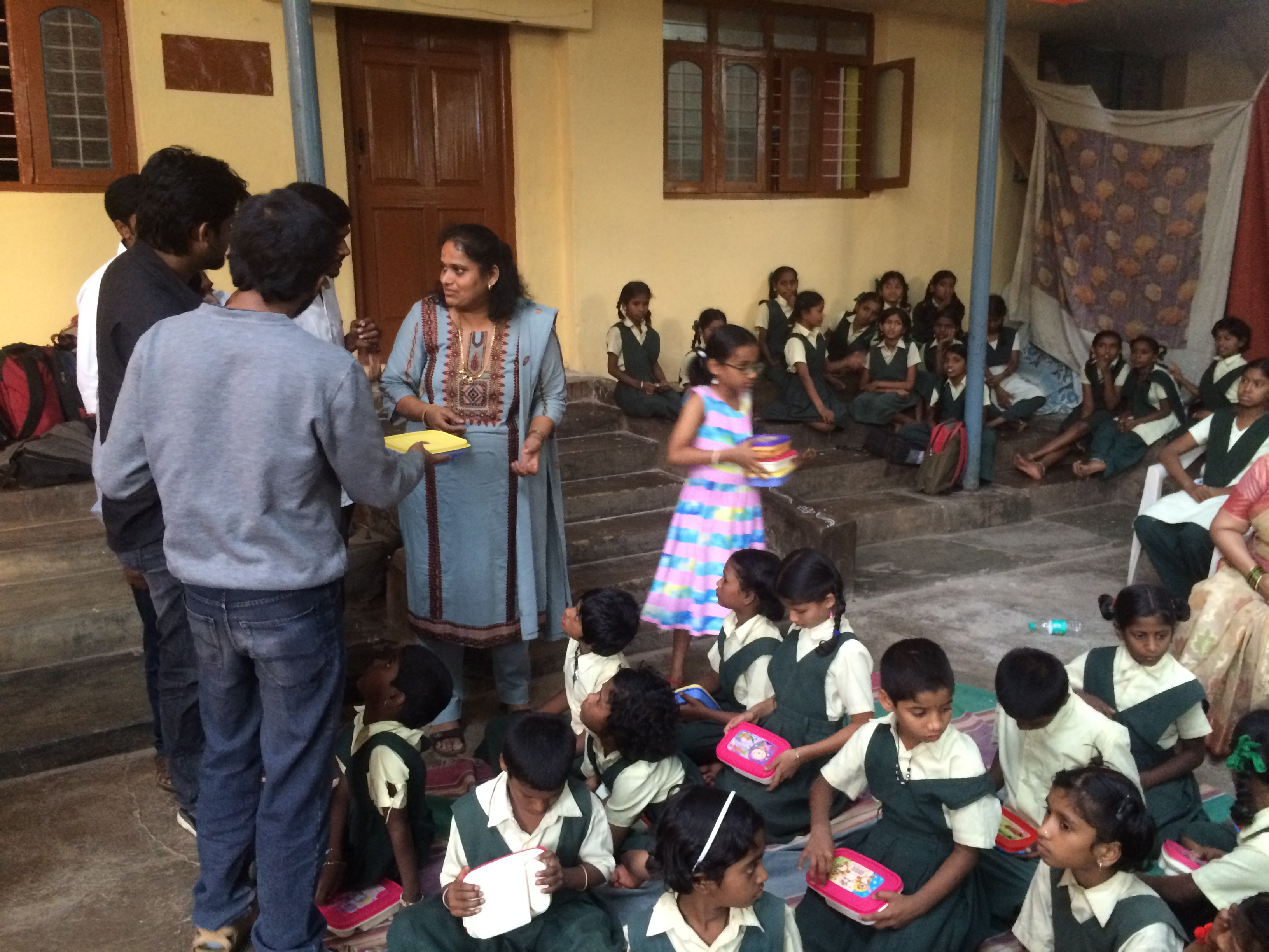 jyotsna-with-her-daughter-delivering-gifts-to-orphans